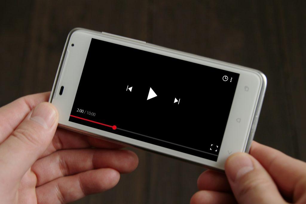 動画再生をするスマートフォン