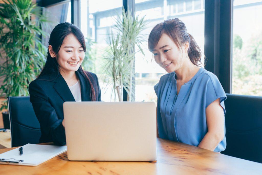 パソコンを見る女性2人