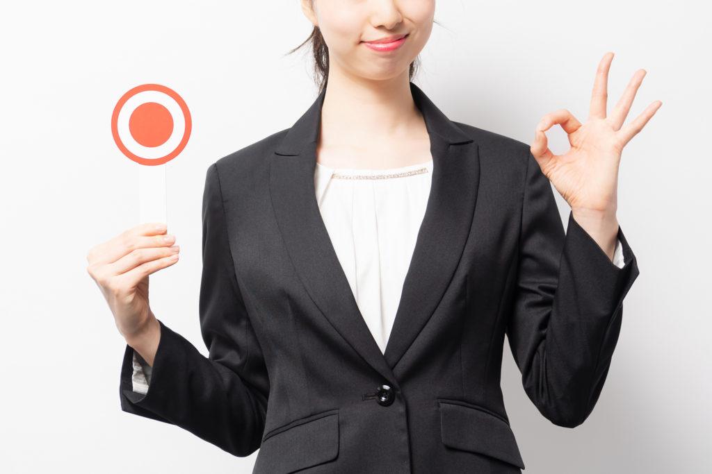 丸の札を掲げる女性