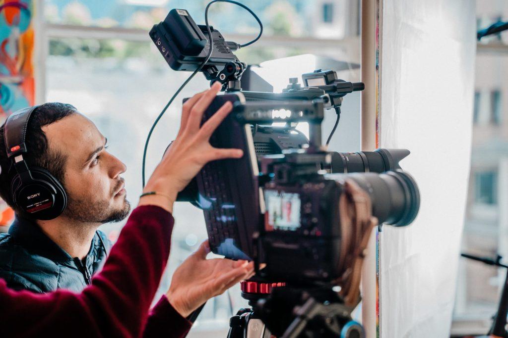 動画撮影をする男性