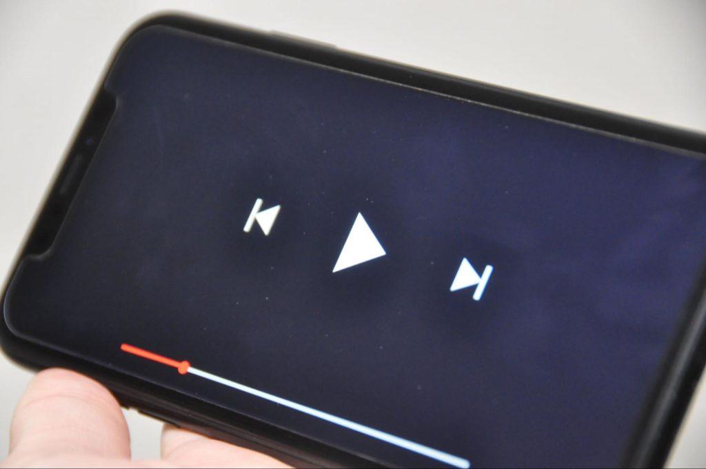 スマートフォンで動画を視聴する手元