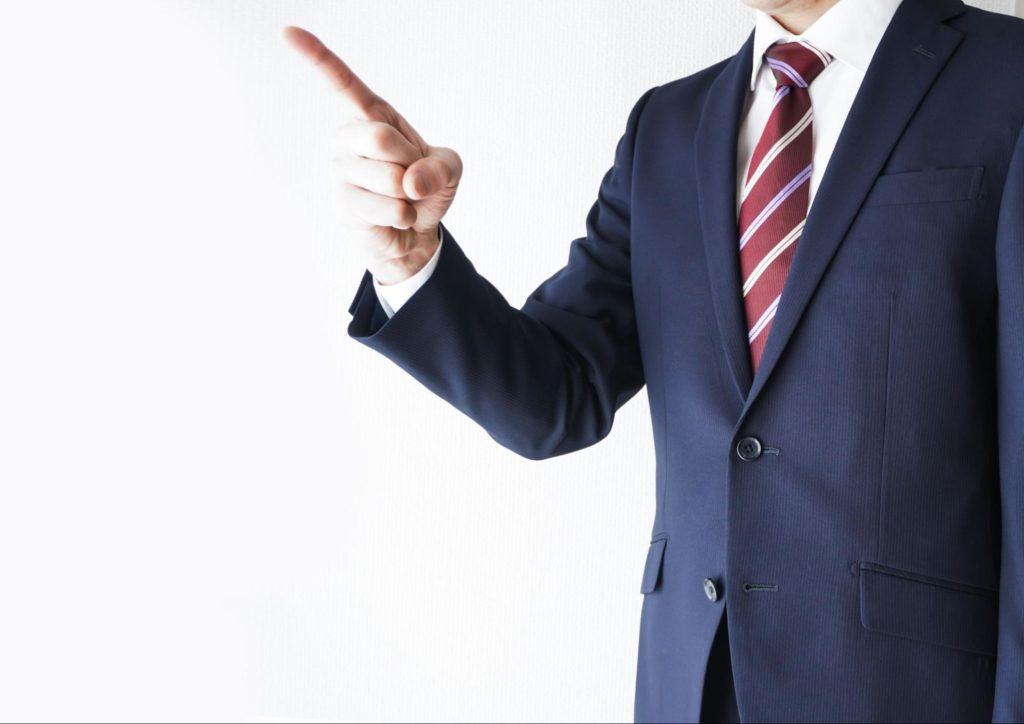 注意をするスーツ姿の男性