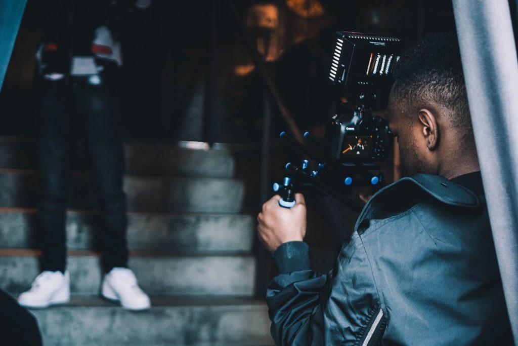 撮影する外国人男性